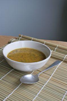Boerenkool in de soep, dat heb je vast nog niet vaak gegeten. Maar lékker dat het is! Zeker met de toevoeging van zoete aardappel en kurkuma: een echte superfood soep. door Jolien Kappert Snijd de zoete aardappelen en wortelen in kleine blokjes. Pers de tenen knoflook uit en snipper de ui. Maak een liter groentebouillon en kook […]