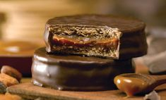 Dark Chocolate Alfajores by Cachafaz Classic Argentinian Sweet Gourmet Recipes, Cookie Recipes, Dessert Recipes, Alfajores Recipe Argentina, Sweet Desserts, Sweet Recipes, Food Dishes, Love Food, Biscuits