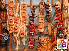 MICHOACÁN MÁGICO TE DICE ¿En qué consiste la artesanía de los pueblos de la ribera del lago de Pátzcuaro? La producción de artesanías de estos pueblos consiste en trabajos de madera, hierro forjado, cobre, hojalata, alfarería y textiles. Esta región, cuenta con dos zonas arqueológicas (Ihuatzio y Tzintzuntzan). http://www.hoteldelfinplayaazul.com/portal/