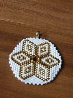 Dije Bead Jewellery, Beaded Jewelry, Peyote Beading Patterns, Brick Stitch Earrings, Beadwork Designs, Geometric Flower, Native Beadwork, Beaded Crafts, Loom Beading