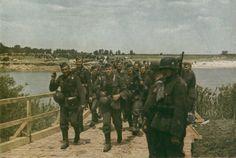 Wehrmacht - Deutsche Soldaten auf dem Marsch durch Russland-color photo-ww2shots-army