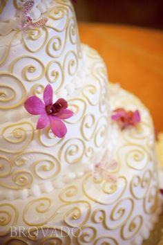 Fondant Cake Design Rosemount Aberdeen : 1000+ images about wedding Cakes! on Pinterest Beaded ...