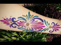 Learn how to skip the stencils and do a glitter tattoo using only glitter, glue,… - DIY Tattoo vorübergehend Glitter Henna, Glam And Glitter, Glitter Hair, Glitter Tattoos, Glitter Glue, Face Painting Tips, Face Painting Tutorials, Face Painting Designs, Hair Tattoos