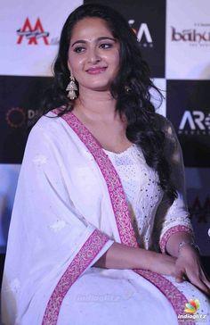 Beautiful Bollywood Actress, Most Beautiful Indian Actress, Beautiful Actresses, Dress Hairstyles, Cool Hairstyles, Hairstyle Ideas, Anushka Photos, Actress Anushka, Indian Celebrities