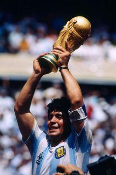 29 de Junio de 1986. Estadio Azteca, México. Diego Maradona con la #CopaDelMundo. #Mundial1986  #D10S  #Genio del #Futbol  #Leyenda