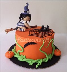 Here is the cake that I taught in my cake design class right before Halloween. Halloween Torte, Pasteles Halloween, Bolo Halloween, Dessert Halloween, Halloween Dishes, Theme Halloween, Halloween Birthday, Halloween Treats, Scary Cakes