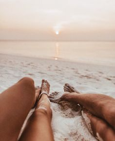 Summer vibes couple goals vacation holiday sun beach sea romantic legs sunset love romantisch date strand zonsondergang zomer summer zee inspiration more on fashionchick 10 best places to visit in italy Beach Foto, Beach Bum, Beach Aesthetic, Summer Aesthetic, Beach Vibes, Summer Vibes, Summer Sun, Fotos Strand, Sunset Love