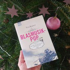 """Und hier kommt mein Blind Date mit einem Buchgeschenk!  Die liebe Linda @pagesonpaper hat mich mit Vea Kaisers Debütroman beschenkt. Es klingt ziemlich irrwitzig und deshalb extrem gut! Ich bin so gespannt. Ich freu mich auch drauf weil es wie meine aktuelle Lektüre (""""Mittagsstunde"""" von Dörte Hansen) ein Dorfroman ist diesmal aber in den Bergen. Und das begeistert mich gleich nochmal weil ich Linda ebenfalls ein Buch geschenkt habe das in den Bergen spielt einfach auf der Schweizer Seite… Thriller, Blinde, Blind Dates, Kaiser, Bergen, Instagram, Books, Libros"""
