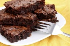 Taste's Just Like A Box Mix! Looking for an easy and inexpensive homemade fudge brownie recipe? You can make these homemade fudge brownies in less than 5 minutes for less than 50 cents a batch. Paleo Brownies, Brownie Sem Gluten, Homemade Fudge Brownies, Bean Brownies, Protein Brownies, Chewy Brownies, Chocolate Raspberry Brownies, Chocolate Fudge, Chocolate Protein