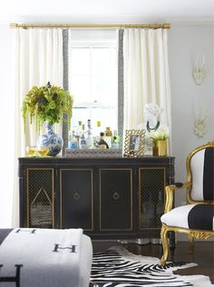 Vignette via Elements of Style Home Living Room, Living Spaces, Console Table Styling, Erin Gates, Elements Of Style, Blue Rooms, Living Room Inspiration, Design Inspiration, Design Ideas
