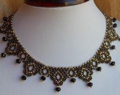 Collier fait de perles tchèques, circulaire de 45-46 cm de longueur de collier. Peut être commandé dans nimporte quelle couleur. Si vous avez des questions écrivez-moi.