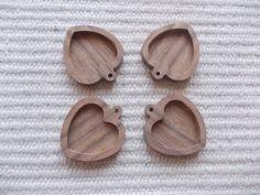 sydämenmuotoinen puinen korupohja Korupohja liimattava kaarireunus korupohja, korukehys, medaljonki pohja, korupohja liimattava kaarireunus, täytettävä  korupohja, koruharsityö, koruharsiaskartelu 4 pieces dark walnut wooden heart-shaped pendant base for jewel or pin making.