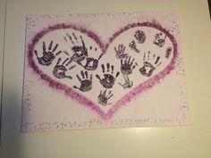 Afscheid van een stagiaire, Schilderij met handjes en langs de rand haar eigenschappen