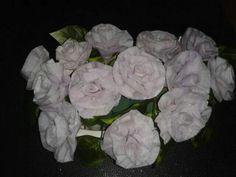 Bloemen van wc papier en kaarsenvet
