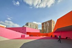 Progettato da Dominique Coulon & Associés, Simone Veil's group of schools il nuovo complesso scolastico è strettamente integrato nel tessuto urbano.