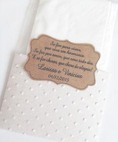 Lencinhos para convidados.  Embalagem com textura.  Combinacao das cores envelope e tag sao sugestões, podem ser variadas.  Tag personalizada.  2 lencinhos de papel de bolso.