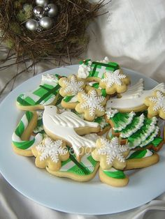 Yum, iced biscuits, these look delicious. Christmas Sugar Cookies, Christmas Sweets, Noel Christmas, Holiday Cookies, Green Christmas, Fancy Cookies, Iced Cookies, Cupcake Cookies, Cupcakes