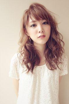 海外セレブ風ウェーブヘア Japanese Haircut, Japanese Hairstyle, Cute Curly Hairstyles, Hairstyles With Bangs, Midi Hair, Medium Hair Styles, Curly Hair Styles, Digital Perm, Blonde Asian