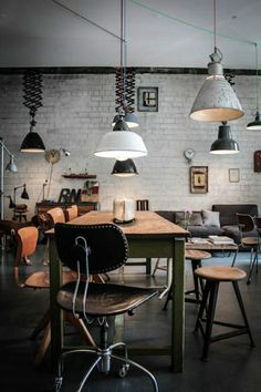 une chaise rétro, lustres antiques, mur de briques gris, plafond gris