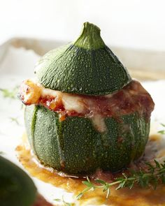 Do you know the cute round courgettes? They are ideal for filling! For example with the tasty combination of chicken, tomato and mozzarella. Stuffed courgettes with chicken, tomato and mozzarella suzanne de soeziemakri Eten & Drinken # Ovenschotels Pureed Food Recipes, Cooking Recipes, Healthy Recipes, Healthy Food, I Want Food, Love Food, Go For It, Happy Foods, Clean Eating Recipes