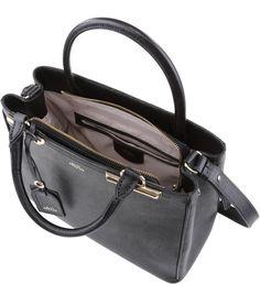 Classe e elegância estão garantidos com esta bolsa de couro. Estruturada e com…
