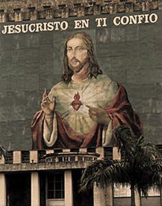 """en la década de los 90's, ante un nuevo siglo  después de más de 40 años de persecución religiosa por un sistema ateo, en la antesala de la """"Plaza de la Revolución"""", la antigua plaza cívica, un gigantesco mural se confeccionaba ante la fachada de la Biblioteca Nacional Jose Martí para ser fondo del altar mayor de la Santa Misa del 25 de enero de 1998, presidida por el S.S. Juan Pablo II, """"mensajero del Amor y la Esperanza"""" para el Pueblo de Cuba."""