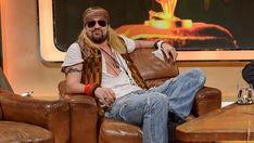 Ein explosiver Auftritt: David tritt passend zur 70er Jahre-Woche mit Guns n´ Roses ins Studio ein und berichtet Stefan dann von seinem neuesten Werk mit dem Titel