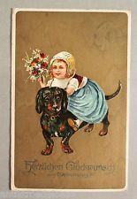 AK Postkarte Präge-Ansichtskarte Glückwunsch zum Namenstage, Kind mit Hund, 1912