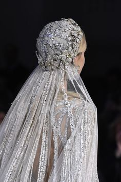 See all the details from Elie Saab's Couture Spring 2018 collection. wedding headpiece Details at Elie Saab Couture Spring 2018 Elie Saab Couture, Couture Mode, Vestidos Marchesa, Elie Saab Bridal, Elie Saab Printemps, Elie Saab Spring, Vestidos Vintage, Wedding Veils, Wedding Lingerie