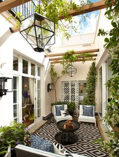 porches cozy home To begin with, you will need to think about your patios area. It's possible to skip the patio and just delight in a shaded place. Patios and decks don't need to be t Atrium Design, Patio Design, Courtyard Design, Modern Courtyard, Small Courtyard Gardens, Style At Home, Pergola Patio, Backyard Patio, Pergola Kits