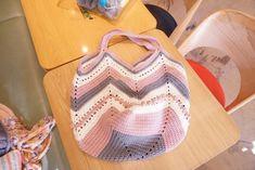 안녕하세요~ #따뜻한작업실 입니다 ^^ #모찌실 로 만든 #코바늘가방 이예요~ ^^ 일명 #망태기가방 으로 많... Stitch Patterns, Crochet Patterns, Bag Patterns, Knitted Bags, Knitting, Crochet Pouch, Diy And Crafts, Knit Bag, Bags
