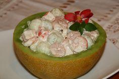 partir el melon en dos y vaciarlo haciendo bolos con el aparato de las bolas (lo compre en lidl) partir los palitos y mezclar con las gambas y las bolas y colocar en el melon y añadir la mahonesa y mezclar todo  bien y al frigo
