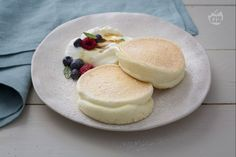 Fluffy pancake - Fluffy pancakes, also known as Japanese pancakes, are tall and fluffy, perfect for breakfast or bru - Fluffy Pancakes, Banana Pancakes, Ricotta, Pancake Healthy, Japanese Pancake, Buckwheat Cake, Small Cake, Savoury Cake, Something Sweet