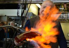 lino tagliapietra | 20140128dsLinoMag02-1 Glass Maestro Lino Tagliapietra uses two torches ...