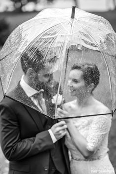 Bride and groom in the rain Clear umbrellas are perfect for weddings Clear Dome Umbrella, Transparent Umbrella, Transparent Raincoat, Bubble Umbrella, Sun Umbrella, Kate Spade Umbrella, Illinois, Floral Umbrellas, Portrait Photos