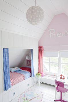 BARNEROM: Sengen i denne jentas rom er spesialbygget og utnytter plassen maksimalt. Under sengen er det store skuffer med god lagringsplass.