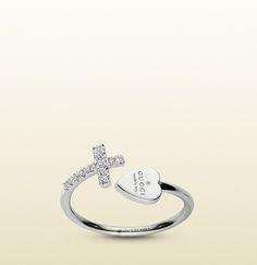 GUCCI -anillo con cruz y corazón con marca gucci grabada.