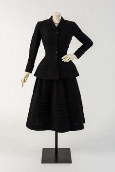 1947 Black wool New Look suit, called 'Daisy'. Christian Dior, worn by Margot Fonteyn, 1947 (Fashion Museum Bath) 1940s Fashion, Look Fashion, Vintage Fashion, Fashion Outfits, Fashion Design, Fashion Black, Vintage Outfits, Vintage Wardrobe, Vintage Dresses