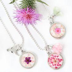 Hoe cute zijn onze nieuwe gedroogde bloemetjes cabochons!? Deze cabochons met echte bloemetjes konden natuurlijk niet achterblijven na het succes van de gedroogde bloemetjes bedels. Je kunt de cabochons met bloemen verwerken in settingen van DQ metaal. Zo kun je armbandjes, kettingen, sleutelhangers en oorbellen maken van deze prachtige gedroogde bloemetjes cabochons. De nieuwe cabochons zijn verkrijgbaar in 12 mm en 20 mm.