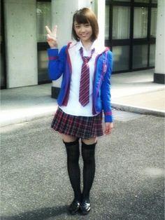 ミニスカート姿の山谷花純さん