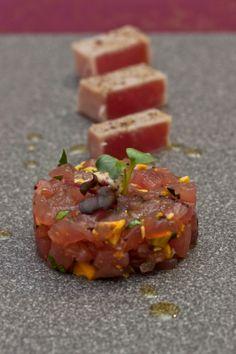 Rohe Thunfischvariationen: vier Möglichkeiten, tollen Fisch roh zu servieren. Dazu Avocado, Blutorange, Senf.