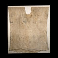 Linen tunic garment with scooped neck and fringed lower border, from a Theban tomb. Upper Egypt 18th Dynasty, c.1350BC, reign of king Akhenaten. British museum.