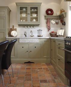 Romantische landelijke keuken met plavuizenvloer