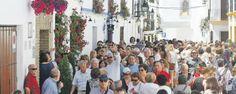 """¿Está en peligro la fiesta de los Patios? Los Patios de Córdoba fueron declarados Patrimonio Cultural Inmaterial de la Humanidad. Pero este famoso festival se encuentra con grandes dificultades, en primer lugar las visitas masivas, que están haciendo en algunos casos perder su esencia, en segundo que los """"cuidadores"""" van perdiéndose por el coste que supone el mantenimiento y las pocas ayudas públicas que hay para este festival. Espero que se solucione el problema y todo quede en una…"""