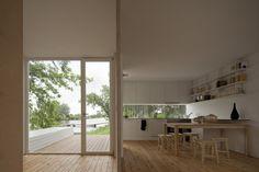 Gluggi á milli skápa í eldhúsi!!     Treehouse Riga - Portugal. A project by: Appleton & Domingos