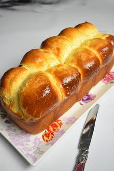 Voici la recette de la vraie brioche de boulanger. C'est une brioche extra moelleuse, sans lait. Sa mie filante et aérienne comme un nuage est à tomber !
