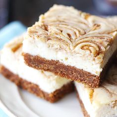 Cinnamon Roll Cheesecake Bars - Creme de la Crumb~T~ A graham cracker crust with a cinnamon roll filling and a cheesecake layer. Cinnamon Roll Cheesecake, Cheesecake Bars, Cheesecake Recipes, Marshmallow Cheesecake, Toasted Marshmallow, No Bake Desserts, Just Desserts, Delicious Desserts, Dessert Recipes