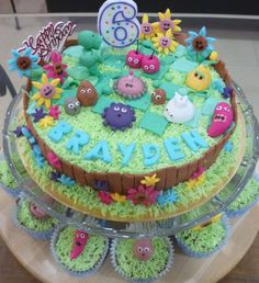 Plants & Zombies Cake and little cupcakes