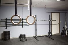 I dig the simplicity of this garage gym. All the essentials, plenty of space and bars to train as a family or with friends, and no clutter. Does the job #garagegym #homegym #familygym