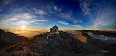Alba spettacolare dalla vetta del Robinet (Val Sangone), al di sopra delle nuvole. In primo piano la cappella dedicata alla Madonna degli Angeli. #myValsusa 26.10.16 #fotodelgiorno di Ale Ziggio